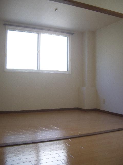 窓から明るい日差しが入る室内(内装)